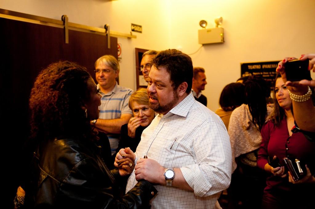 Zezé Motta recebe o carinho de fãs | Foto: Valéria Martins