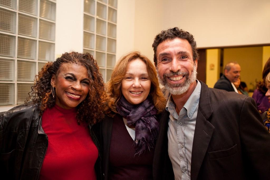 Zezé e amigo posam com Jane Duboc | Foto: Valéria Martins