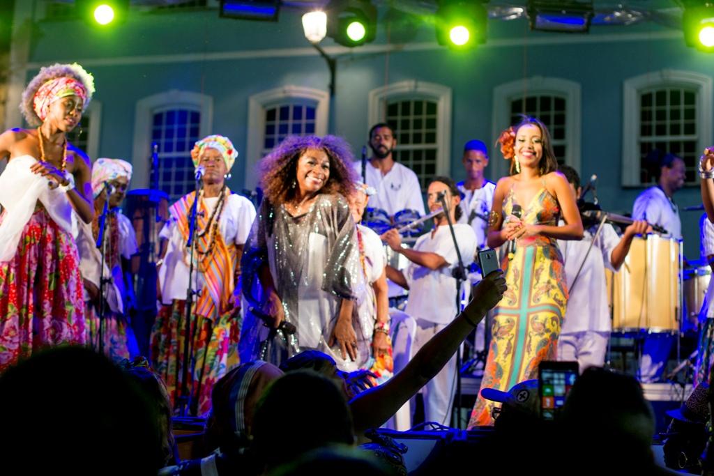 Todo mulher é Chica da Sila - Ganhadeiras de Itapuã, Aiace Félix, e a atriz e cantora Zezé Motta