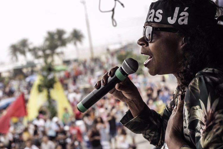 Zezé Motta na manifestação, na Praia de Copacabana | Foto: Midia Ninja