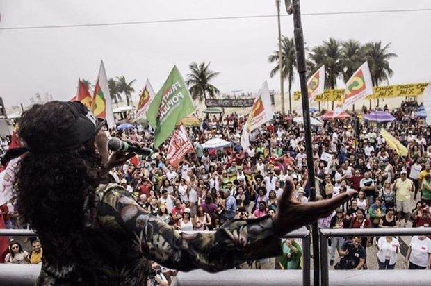 Zezé Motta no palco na praia de copacabana