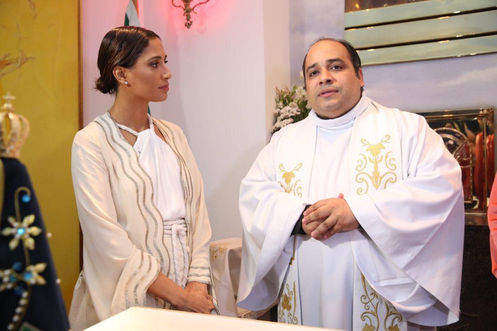 Camila Pitanga e Padre Omar | Foto: Alessandro Mendes