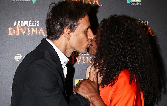 Murilo Rosa beija Zezé Motta | Foto: Manuela Scarpa