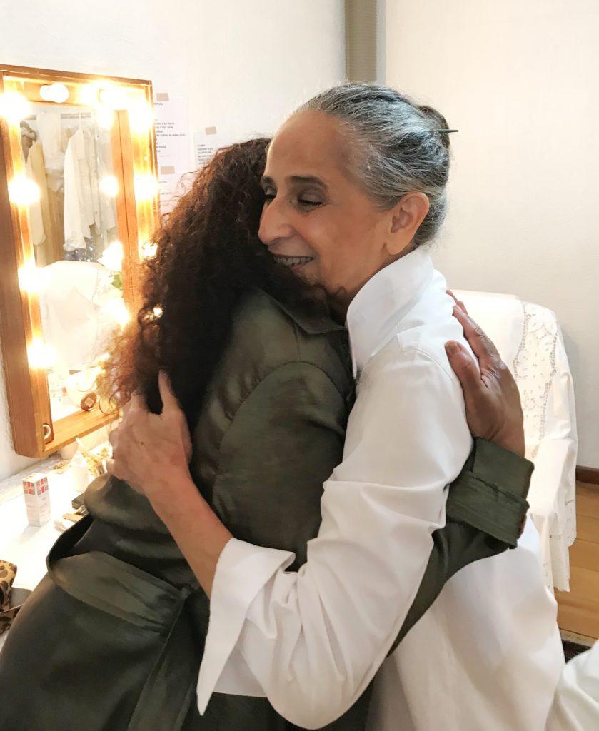 O abraço de Zezé Motta e Maria Bethânia