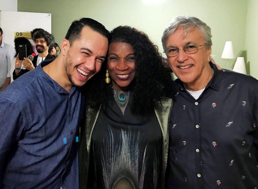 O promoter Vinicius Belo, Zezé Motta e Caetano Veloso