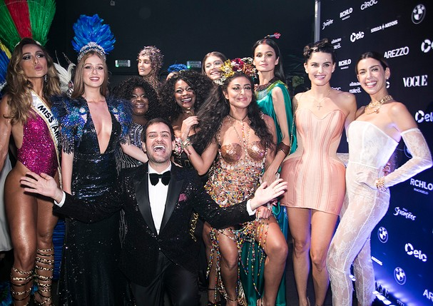 Bruno Astuto entre as musas do Baile da Vogue 2018