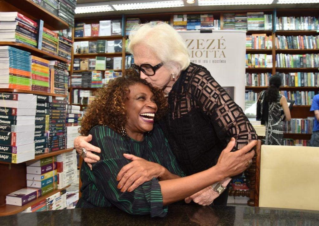 Nathalia Timberg e Zezé Motta | Foto: Christina Ruffato