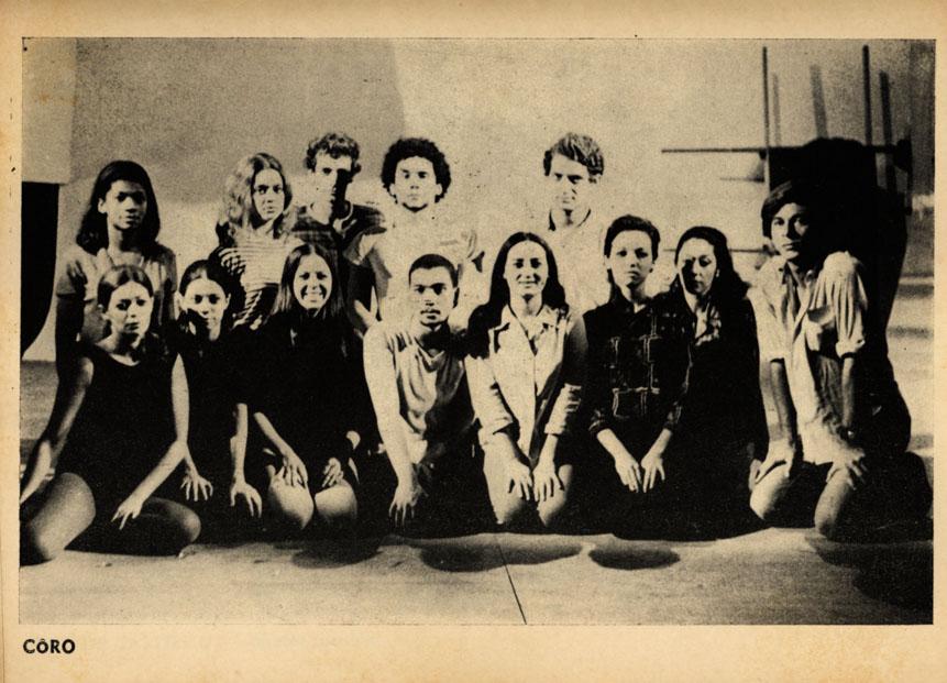 Coro do musical Roda Viva, de Chico Buarque e direção de Zé Celso com o Teatro Oficina em 1968: Zezé Motta é a primeira à esquerda, no alto – Foto: Divulgação
