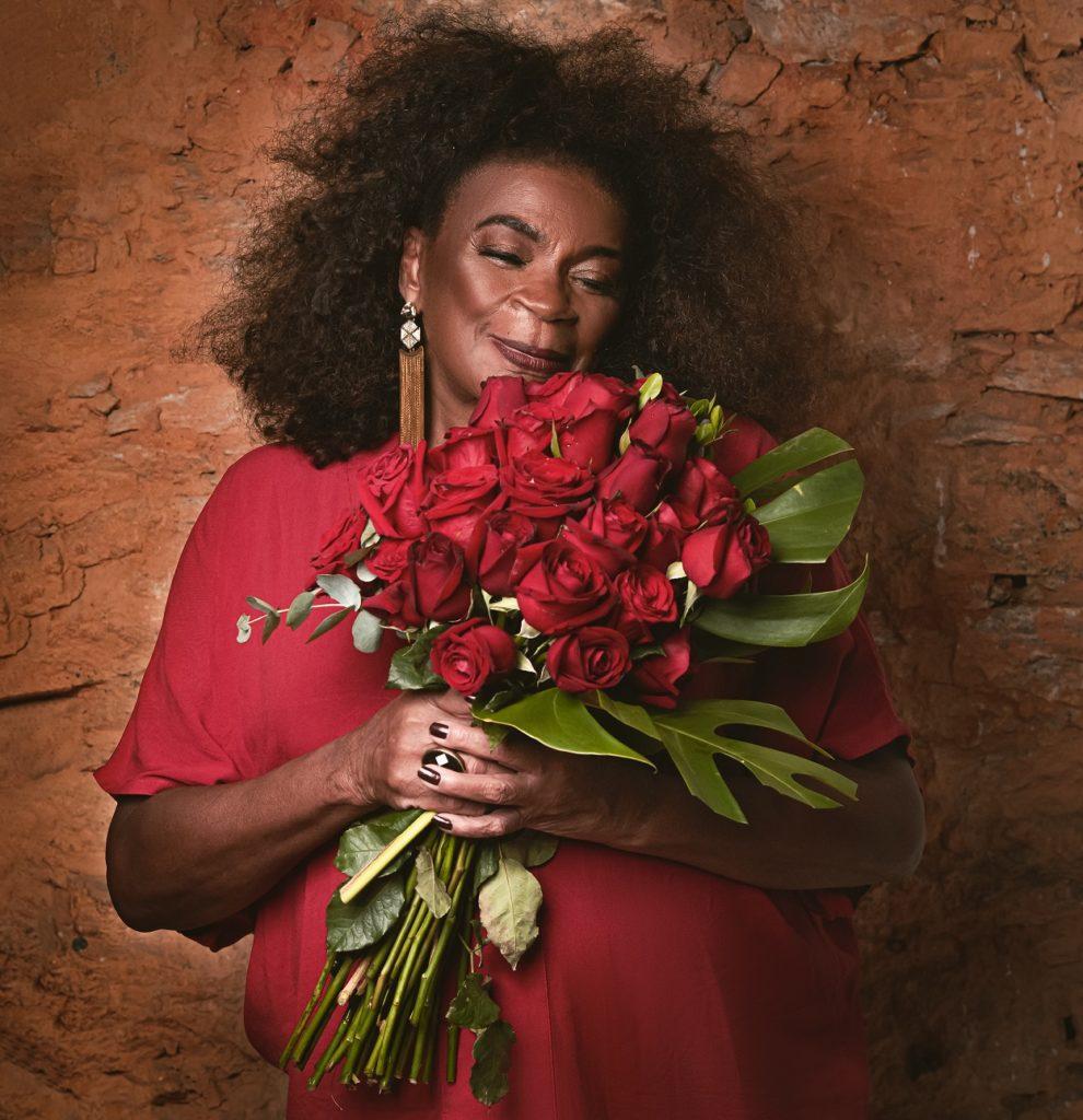Zezé Motta. Dias das Mães. Flores rosas vermelhas. Credito Bendito Benedito